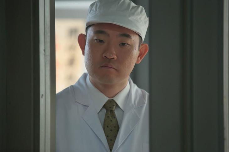 今野浩喜演じるまんぷく食品の従業員・坂部勝。(c)NHK