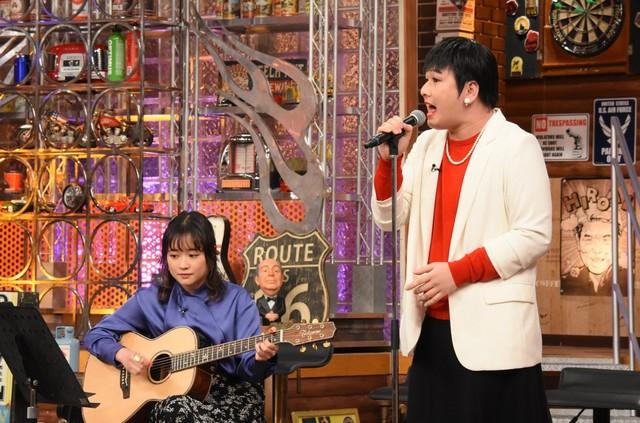 左から大原櫻子、Mr.シャチホコ。(c)日本テレビ