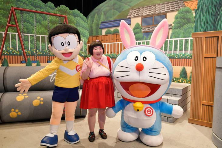 吉本新喜劇で共演した酒井藍(中央)とのび太、ドラえもん。