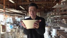 試作品のラーメン鉢を手に笑顔のてつじ。(c)MBS