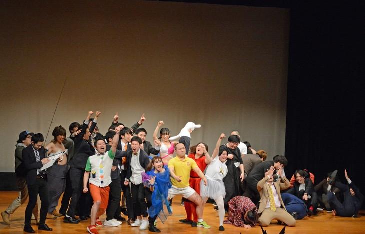 勝利したワタナベコメディスクール生と、崩れ落ちるスクールJCA生。