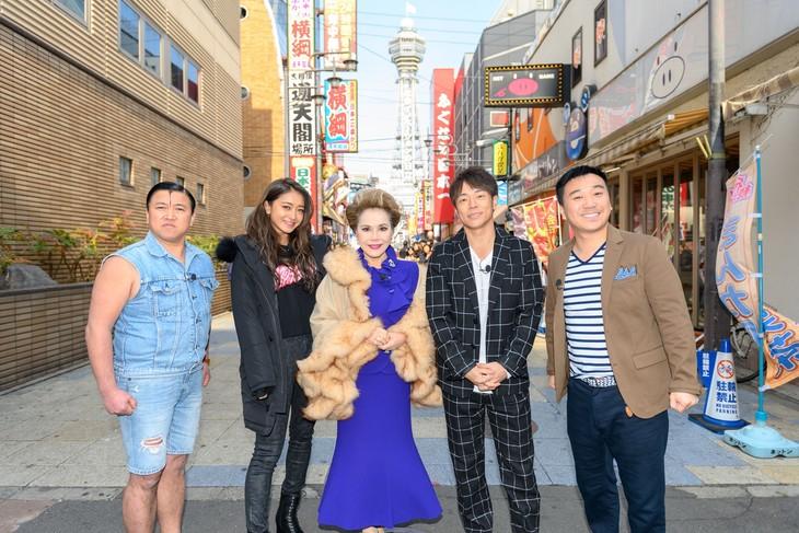 「大阪にがて克服ツアー ~ホンマはエエとこやでぇ~4」に出演する(左から)スギちゃん、池田美優、デヴィ夫人、陣内智則、月亭八光。(c)ABC
