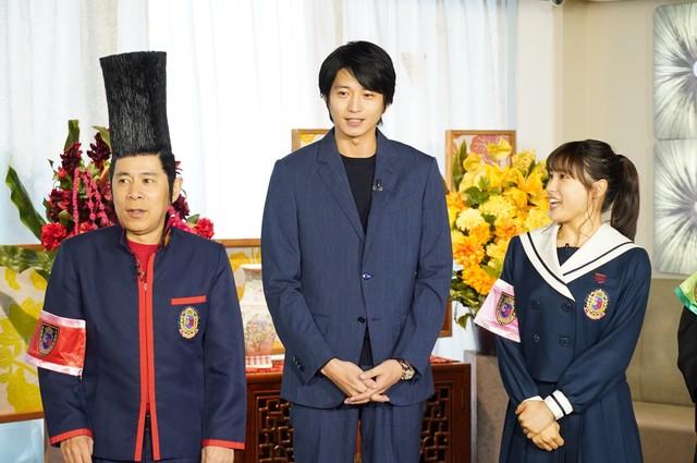 左からナインティナイン岡村、向井理、土屋太鳳。(c)日本テレビ