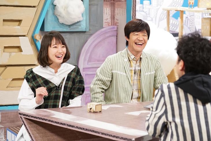 トークする吉岡里帆(左)と内村光良(右)。(c)NHK