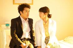コント「みんな大好き!バカヤロわかな先生」より、ムロツヨシ(左)と吉岡里帆(右)。(c)NHK