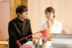 コント「みんな大好き!バカヤロわかな先生」より、中川大志(左)と吉岡里帆(右)。(c)NHK