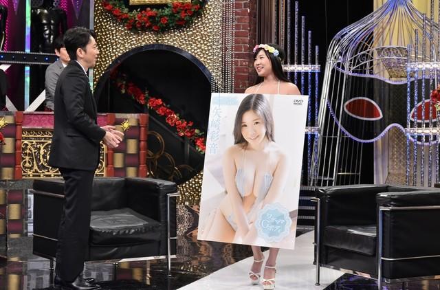 左から有吉弘行、矢崎彩音。(c)日本テレビ