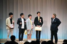 「第19回ビートたけしのエンタメ賞」演芸新人賞を獲得したマッハスピード豪速球と霜降り明星。