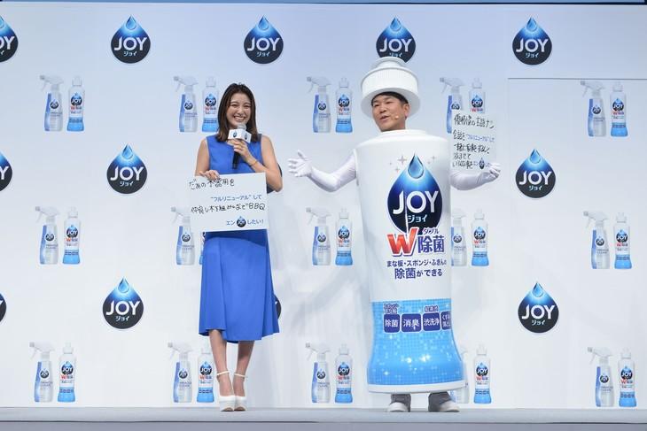 「P&G『ジョイ』23年ぶりフルリニューアルお披露目発表会」に登壇したFUJIWARA藤本と木下優樹菜(左)夫妻。