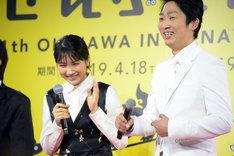 ジャルジャルのファンだという松本穂香(左)とジャルジャルとマネージャーが同じだと明かすNON STYLE石田(右)。
