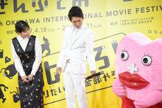 生理ちゃん(右)にマイクを向けるNON STYLE石田(中央)と生理ちゃんの様子を見つめる松本穂香(左)。