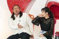 左からロバート秋山、小島瑠璃子。(c)読売テレビ