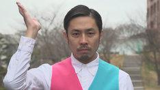ワケメンに扮する袴田吉彦。(c)NHK