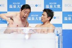 浴槽に原田龍二(右)が入ってきたことに動揺するダチョウ倶楽部・上島(左)。