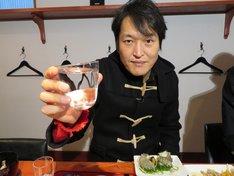 居酒屋デート風の写真撮影に応じる千原ジュニア。(c)SBSテレビ