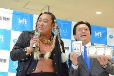 フォトセッション中に一緒に歌う(左から)UMBRELLA、山口祥義知事。