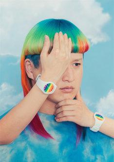 「ICE change -Rainbow-」を着用したガリットチュウ福島。