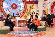 「さんまのまんま」の予行演習をするミキ(中央)ら。(c)関西テレビ