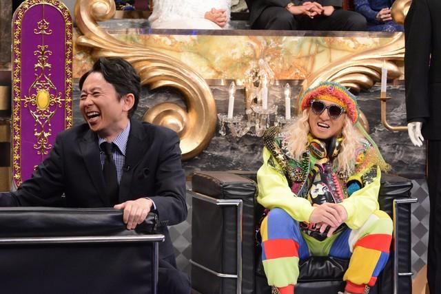 左から有吉弘行、DJ KOO。(c)日本テレビ