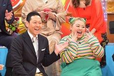 (左から)東野幸治と渡辺直美。(c)TBS