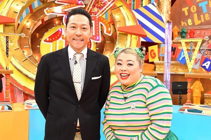 「水トク!『その他の人に会ってみた』」MCの(左から)東野幸治と渡辺直美。(c)TBS