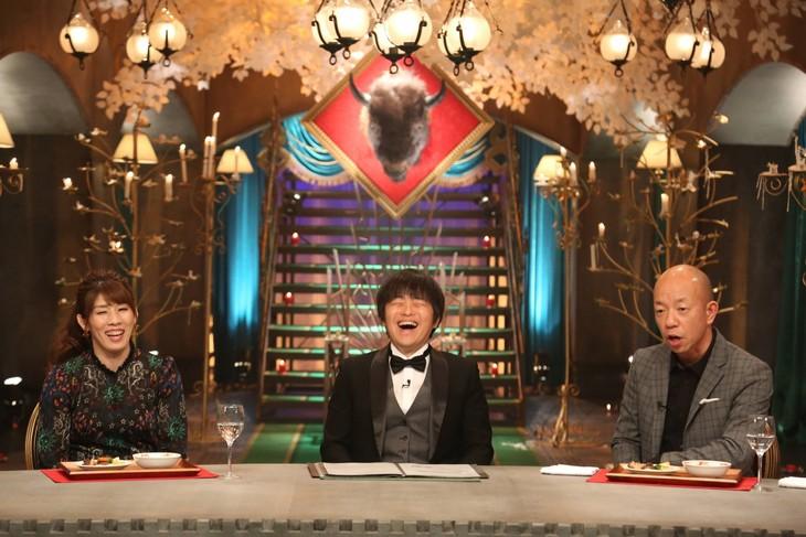 「ビストロ・アース ~未開拓食材バラエティ~」に出演する(左から)吉田沙保里、バカリズム、バイきんぐ小峠。(c)フジテレビ