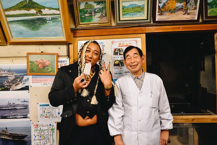 硬すぎるアイスキャンディで有名な八起 京町店にて、UMBRELLAと店主。