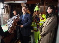 東京洋傘を手作りしている工房を訪れるビートたけし(左から2人目)ら。