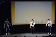 「Aマッソの歌」を歌う(左から)倉本美津留、Aマッソ。