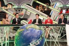 左から、キャラクターの小澤陽子アナウンサー、MCのアリタ哲平、全力解説員の岸博幸、吉川美代子、出口保行。(c)フジテレビ