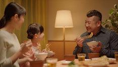 ケンドーコバヤシが出演する餃子の王将CM「お持ち帰り生餃子篇」より。