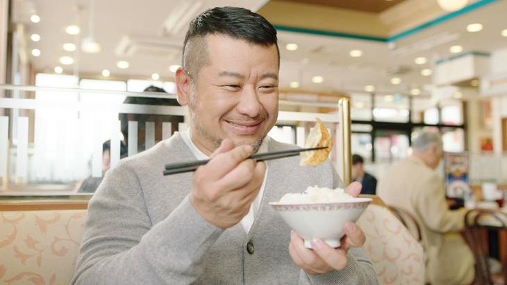 ケンドーコバヤシが出演する餃子の王将CM「レッツワンバン篇」より。