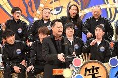 バナナマン設楽(中央)と芸人たち。(c)TBS