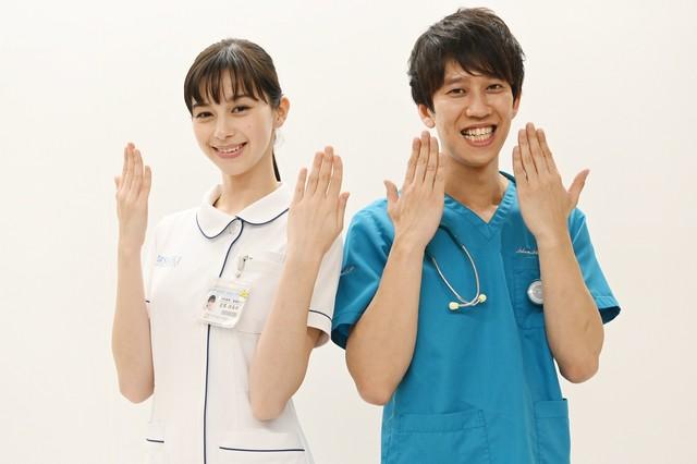 左から中条あやみ、しゅんしゅんクリニックP。(c)日本テレビ