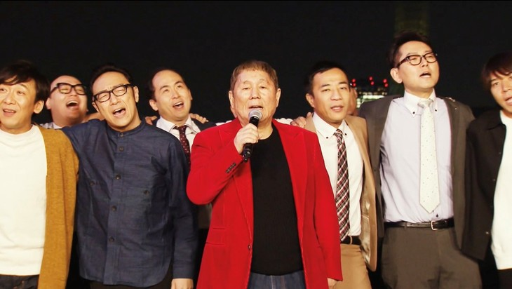 「ENGEIグランドスラム LIVE」で「浅草キッド」を歌うビートたけし(中央)と芸人たち。(c)フジテレビ
