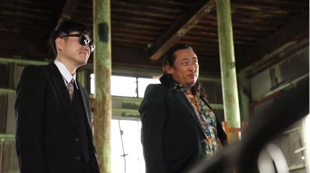 ロバートが出演する「朝の連続刑事ドラマ小説 裸で銃を持つ男」のワンシーン。