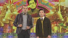 ゲストの草刈正雄に向けてネタを披露するカミナリ。(c)NHK