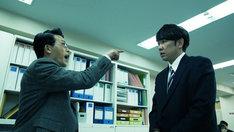 TKO木本が出演する「パワハラ上司」の再現ドラマのワンシーン。