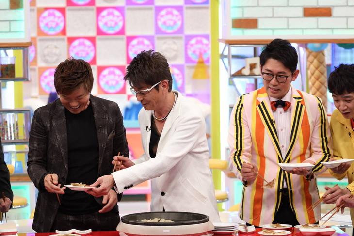 「アオハルTV」で哀川翔(左から2人目)の特製ギョーザを出演者たちが試食する様子。(c)フジテレビ