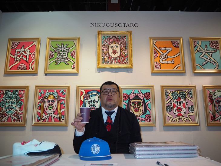 「Artexpo New York」に出品した肉糞太郎こと野性爆弾くっきー。