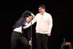 子供が痛がらないように注射を打ちたい野田クリスタル(左)と子供役を演じる村上(右)。
