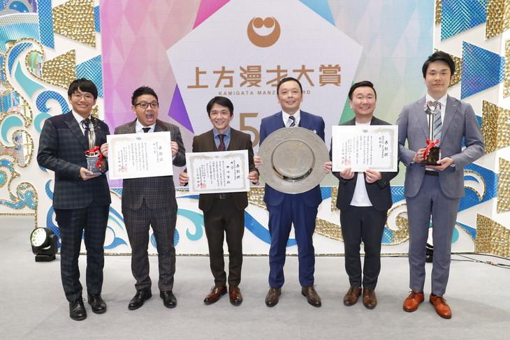 「第54回上方漫才大賞」大賞の中川家(中央)、奨励賞のかまいたち(右)、新人賞のミキ(左)。(c)関西テレビ