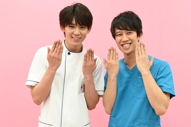左から小瀧望、しゅんしゅんクリニックP。(c)日本テレビ