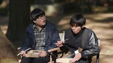 AD役のライス関町(左)は弁当を食べている。(c)テレビ東京