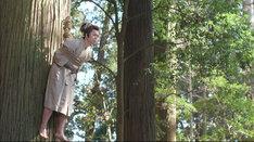 大木に吊るされるライス田所。(c)テレビ東京