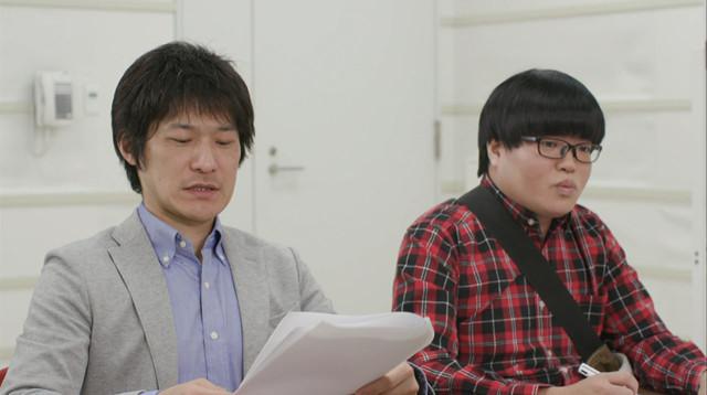 「ミューズの晩餐」AD役のライス関町(右)。(c)テレビ東京