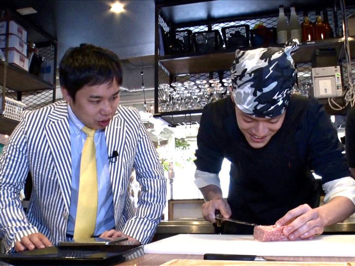 「霜降りバラエティ」で肉の塊をスライスする霜降り明星・粗品(右)。左は相方のせいや。(c)テレビ朝日