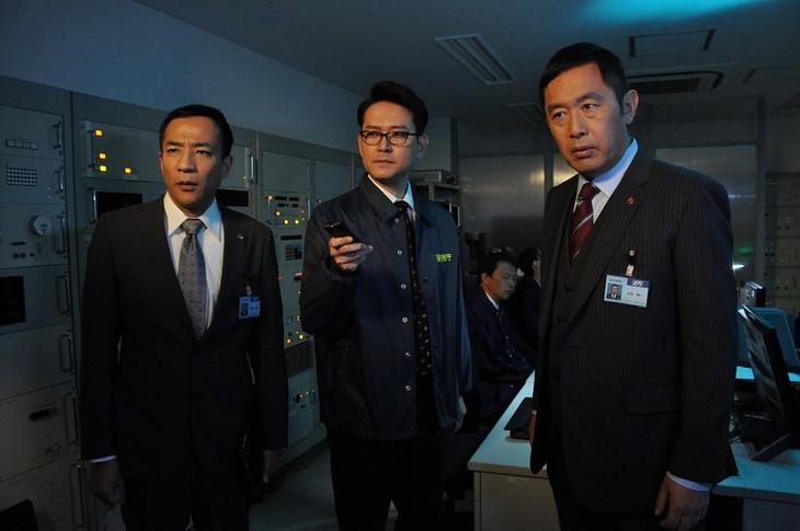 「警視庁・捜査一課長 スペシャル」に出演する(左から)ナイツ、内藤剛志。(c)テレビ朝日