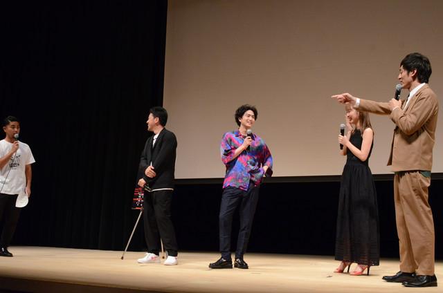 MCを務めたいい声のOCEANリョウジ(左端)に内田理央(左から3人目)が笑ってしまい、目立とうとするなと注意するとろサーモン村田(右)。