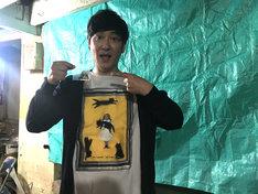 「バイオレンス・ボイジャー」の原画を手にするココリコ田中。